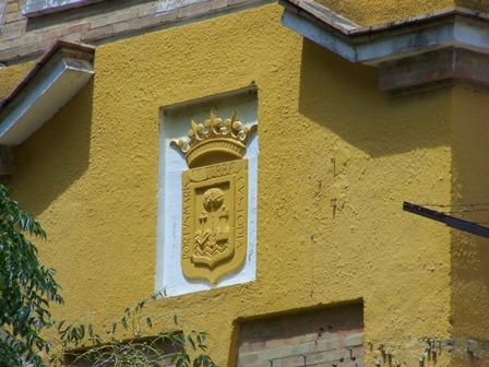 Detalle del escudo de Huelva en la torre izquierda de la fachada del Estadio Colombino (Gol Sur)