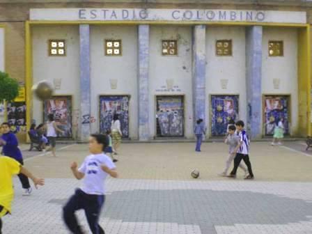 Niños jugando en la plaza del Estadio