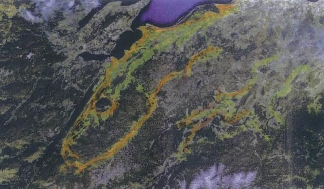 Escocia. Región de Invernes, cerca del Loch Ness. Un enorme saurio es visible junto al famoso Lago Ness donde solía existir o aún existe el célebre monstruo.