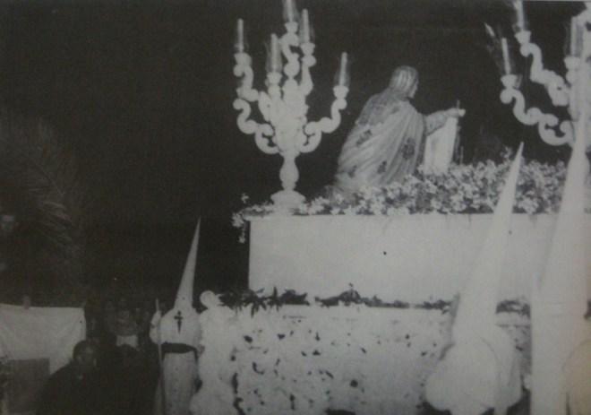 Hermandad de Tres Caídas frente a la prisión provincial en 1951.