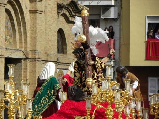 Momento de la salida procesional de Tres Caídas en 2012